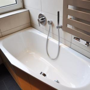 Raumgewinnung bei der Sanierung: Dusch- und Wannenbad mit 5m² und WC mit 1,1 m²